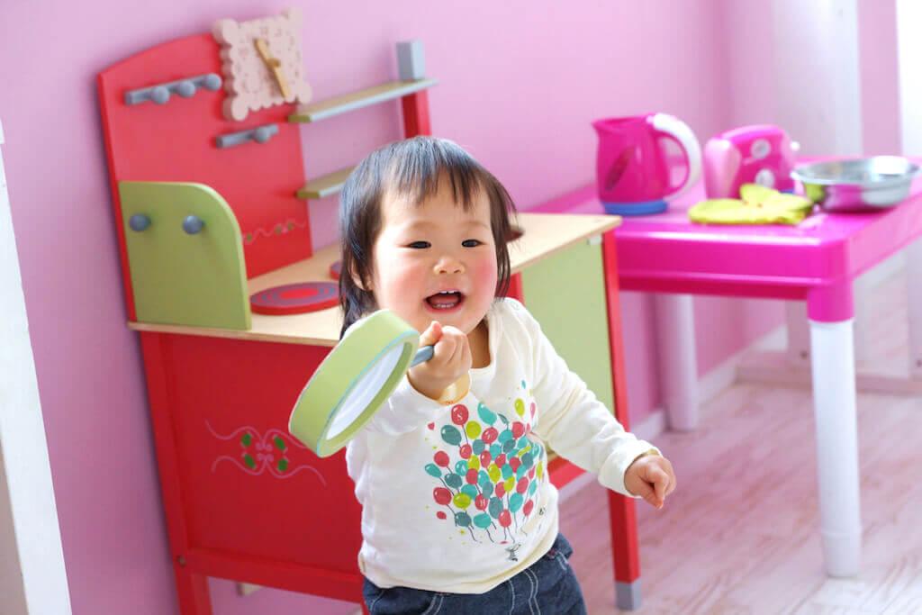 キッズスペースで遊ぶ幼児