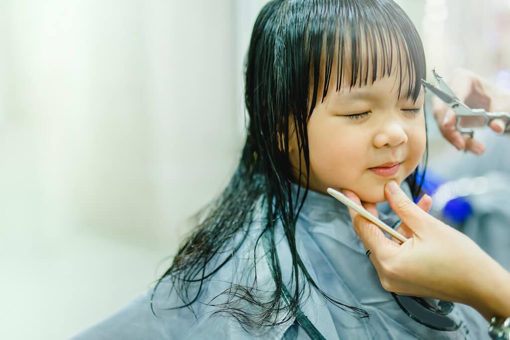 散髪する子供
