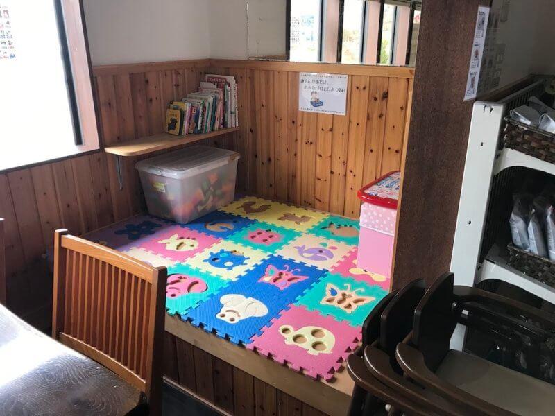原山カフェの絵本とおもちゃのキッズスペース